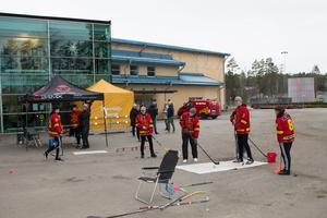 Ungdomar från Norrtälje ishockeyklubb var där och lät besökarna prova på hockey.