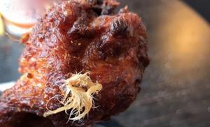 Jonathan Alsed och hans flickvän köpte kyckling på en restaurang i Jönköping och Jonathan Alsed berättar att det var fjädrar i maten.