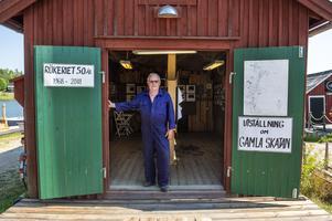 Göran Sjöbom visar stolt upp sin utställning om gamla Skatan och rökeriet. Utställningen finns att se i en sjöbod bredvid restaurangen.