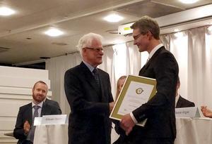 Oscar Grånås tar emot Ingvar Carlsson Award av förre statsministern, som varit ordförande i Stiftelsen för Strategisk Forskning och som hett namn åt priset.