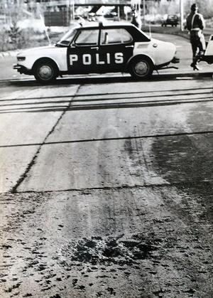 Polisen spärrade omedelbart av Saxons väg i Brickebacken efter granatnedslaget. Kratern i vägbanan vittnar om kraften vid explosionen då splitter slungades i väg och bland annat krossade ett fönster på en bensinmack intill.    Arkivfoto: Lennart Almqvist/NA