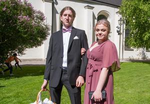"""Tim Åberg och Elin Bjurström gick tillsammans. """"Vi har försökt matcha flugan med färgen på Elins klänning så gott vi kunde"""", säger Tim."""