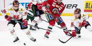 Mathias Bromé i kamp med Frölundas Joel Lundqvist. Foto: Daniel Stiller/BILDBYRÅN