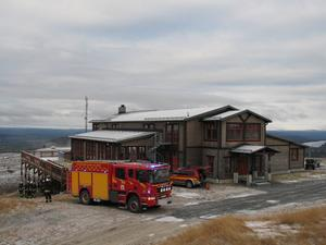 Högsta tänkbara byggnadsbrand, räddningstjänsten på plats på Ide Fjäll. Foto Räddningstjänsten