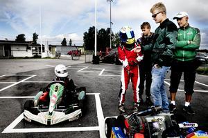 Hampus Ericsson får goda råd av storebror Marcus på Örebro Motorstadion 2014. Marcus var då färsk i F1-cirkusen medan den då 13-årige Hampus påbörjat sin gokartkarriär. Bild:  Daniel Patiño Flor
