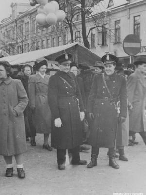 Poliskonstaplar på Hindersmässan på 1950-talet. (Bild: Örebro stadsarkiv)
