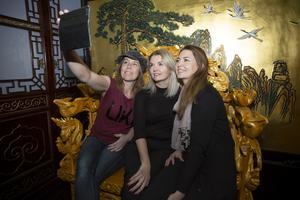 Sarah Jansson, till höger i bild, och Katarina Lönnberg startar podcasten Pepptalk som de spelar in på hotell Dragon Gate. De kallar sig Sahara och Pippi och syftet med programmen är att inspirera genom att intervjua intressanta gäster för att ge inspiration i personlig utveckling för lyssnarna. En av de första gästerna är Ellenor Pierre, i mitten, som vann Expedition Robinson 2009.