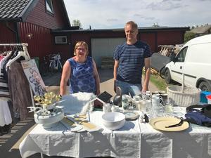 Pernilla Lindström och Börje Kurki var två av försäljarna när två gator gick ihop och hade loppis på lördagen.