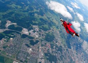 Här faller Olle iklädd en wingsuit. – Foto: Martin Hovmöller