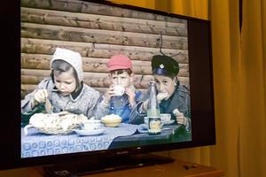 På en tv-skärm spelas gamla smalfilmer upp, som privatpersoner skänkt till museet.