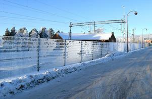 Här är staketet som byggdes strax före jul – för, enligt Trafikverkets Sven Eriksson, ett sexsiffrigt belopp.