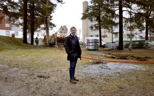 Anders Granström köpte ett slitet bostadsområde i Nolby för tre år sedan. Efter det har han satsat 40 miljoner kronor på ge det ett lyft. Nu fortsätter hans satsning med att bland annat rusta upp utemiljön.