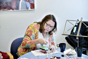 Tuula Andersson lär ut konstformen Encaustic Art, eller målning med vaxfärger och strykjärn om man förklarar på svenska språket.