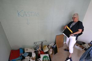 Elisabeth Berg hittar en av sina pärmar från tiden hon var rektor på Lekebergsskolans mellanstadium.
