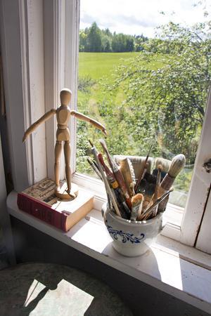 Alla fönster bjuder på milsvid utsikt över landskapet. Här i Helens målarrum.