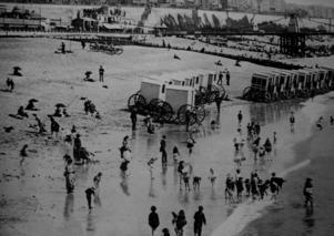 En tidig bild från badstranden i Brighton där speciella badvagnar fanns tillgängliga.