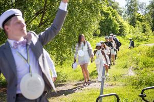 Hela gänget har promenerat en kilometer för att komma till bussen. Varma och glada kommer de sjungande längs stigen. Viktor Sundin går först.