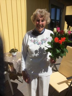 Inger Johannesson uppvaktas på 95-årsdagen.