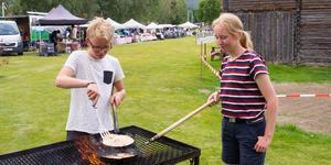 Syskonen Liam och Lea Kvarnström fixade kolbullarna under fredagens marknad.
