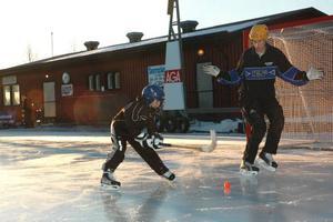 FINTAR. Noel Östlund försöker finta bort ledaren Alexander Norberg.