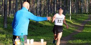 Jesper Persson sprang i stort sett själv hela sträckan över 13 kilometer.