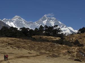 Smältvatten från Himalayas glaciärer rinner nedför bergen och förser människor som bor i dalar och slättområden i närheten med vatten.