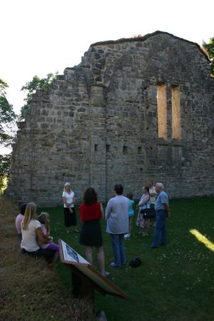 Historieintresserade besökare på guidad tur i Riseberga klosterruin.