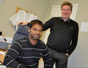 Arbetsförmedlaren Amit Selberg med sin stolte chef Olle Sveding.