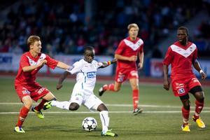 Ema Boateng var ett kvicksilver i allsvenska Helsingborg och gjorde två av målen när skåningarna vann cupmötet med 4-0. Här har Niclas Bönström hamnat på efterkälken.