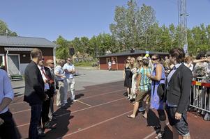 Lärare från Widenska gymn. väntar att deras elever skall springa ut