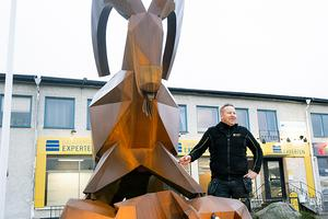 Leif Nilsén poserar bredvid Kårebocken i plåt. Foto: Norkay