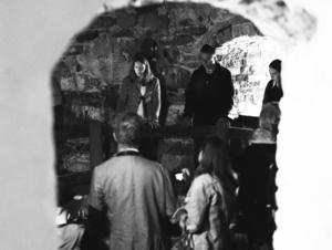 Under en visning för några år sedan berättar Sofia Karlström om den stora brunnen i källaren. Foto: Ellinor Koda Sander
