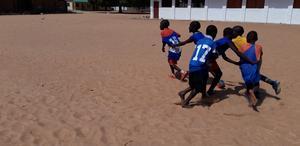 Killarna i Santos leker Tåget, en av många träningslekar de fått lära sig.