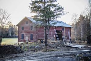 Logen, som stod kvar när bondgården brunnit ner 1926,  rustas av Lassas byggnadsvård för att bli hela Undersviks samlingslokal.
