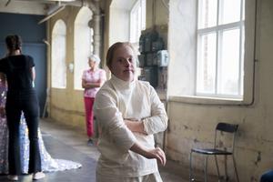 Ida Johansson bryter sig fri från tvångströjan i Catwalk, Glada Hudik-teaterns nya film.