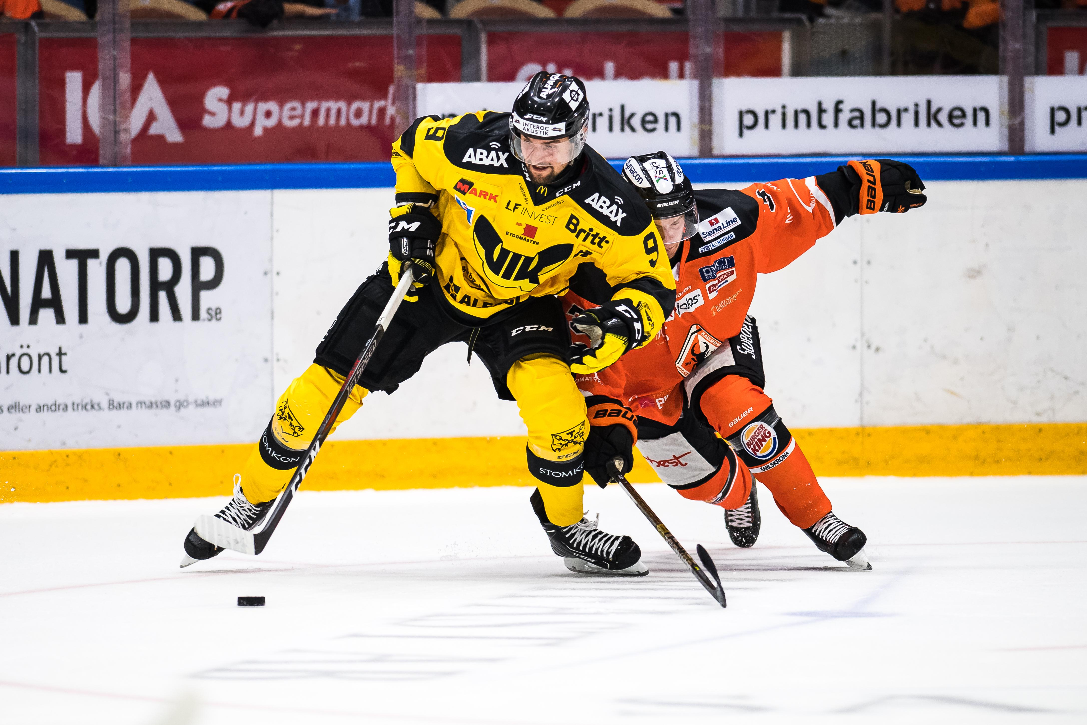 VIK fought Karlskrona on Friday night and beat 3-1. Here is Mikael Frycklund in a duel. Photo: Magnus Lejhall / BILDBYR N