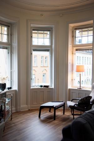 Lägenheten i centrala Sundsvall är ljus, med öppen planlösning och har högt i tak.