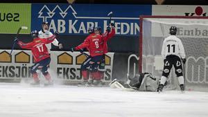 Bollen är i rullning efter Tuomas Määttäs 1–0 i den tredje minuten.