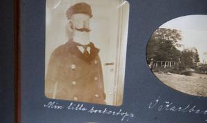 "I en av familjens fotoalbum finns en bild på en sockergubbe som ska ha stått inne på skeppshandeln i Köping. ""Min lilla sockertopp""."