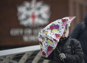 Under söndagen svepte oväder in över Jönköpings län. På bilden ses en kvinna kämpa mot vinden i Englands huvudstad London, varifrån stormen också är fullt aktiv.