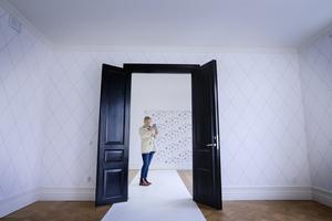 Gammalt i nytt. Isabella Björkman (S), styrelseledamot i Pitebo, gillade den renoverade  femrummaren i det gamla kontorshotellet från 1904. Salongsdörrarna, som hittades på vinden, är original men ommålade i modernt svart.