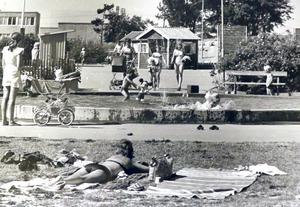 Det var stor glädje hos mammor och barn på Vallby över att ha en plaskdamm att bada i. Bilden tagen 1975.