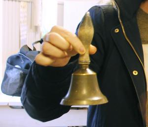 Klockan som Assar Jansson hade för att ringa in sina elever används än i dag.