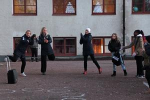 Musiken pumpade över skolgården, många elever engagerar sig i låtval och vill ha längre motionspass på morgonen berättar hälsofrämjandeteamet.