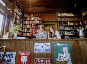 Klara Walentin och Cornelia Bjurström bakom disken i den forna lanthandeln.
