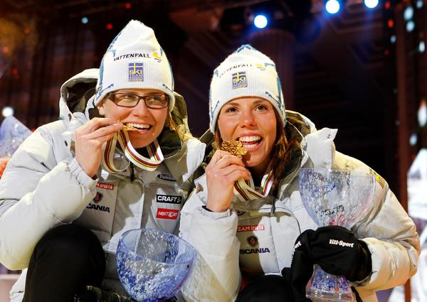 Charlotte Kalla med Ida Ingemarsdotter under medaljcermonin.  Bild:  Gorm Kallestad / Scanpix NORGE