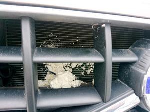Även bilens kylare blev nedsprayad med det kladdiga fogskummet. Detta kan allvarligt skada motorn eftersom kyleffekten blir nedsatt. Bild: Privat