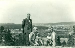 Morbror Einar Lundgren poserar tillsammans med sina mågar på Varvsberget i Örnsköldsvik. Foto: Privat