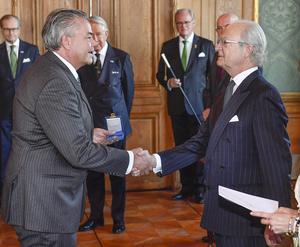 Jonas Berg fick H.M. Konungens medalj, 5:e storleken i högblått band av kung Carl Gustaf 2017.