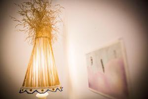 Maja Rahms lampskärmar i natur mjukar upp i Järpens bibliotek där väggarna rymmer bildkonst om makt, övergrepp och rymder.